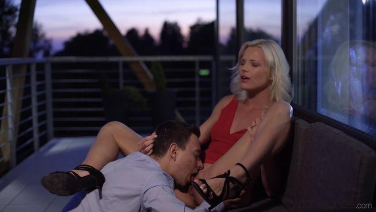 Petite blonde enjoys intimate date
